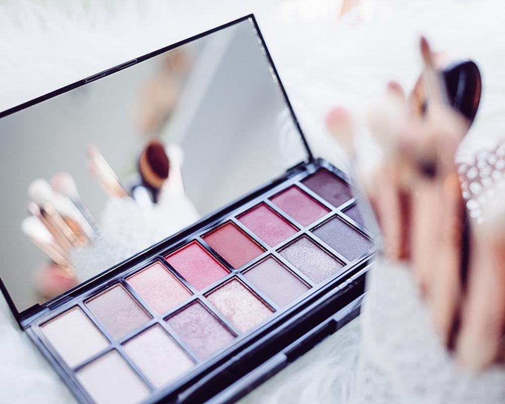 Jak se vyhnout skvrnám na oblečení z make-upu